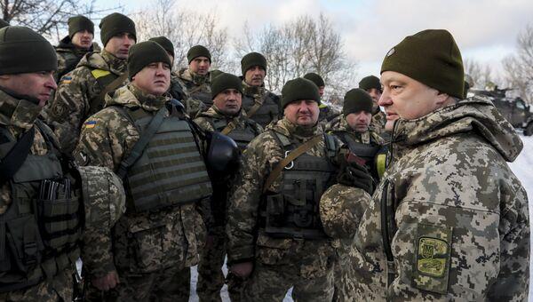 Петр Порошенко во время инспекции опорного пункта в районе Горловки в Донецкой области. Архивное фото