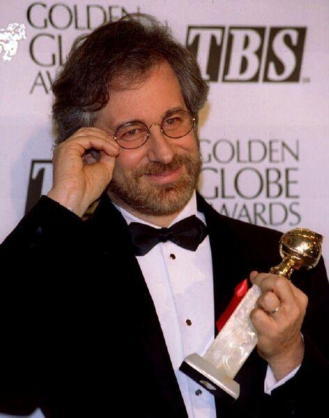 Режиссер Стивен Спилберг выиграл Золотой глобус за фильм Список Шиндлера, 22 января 1994