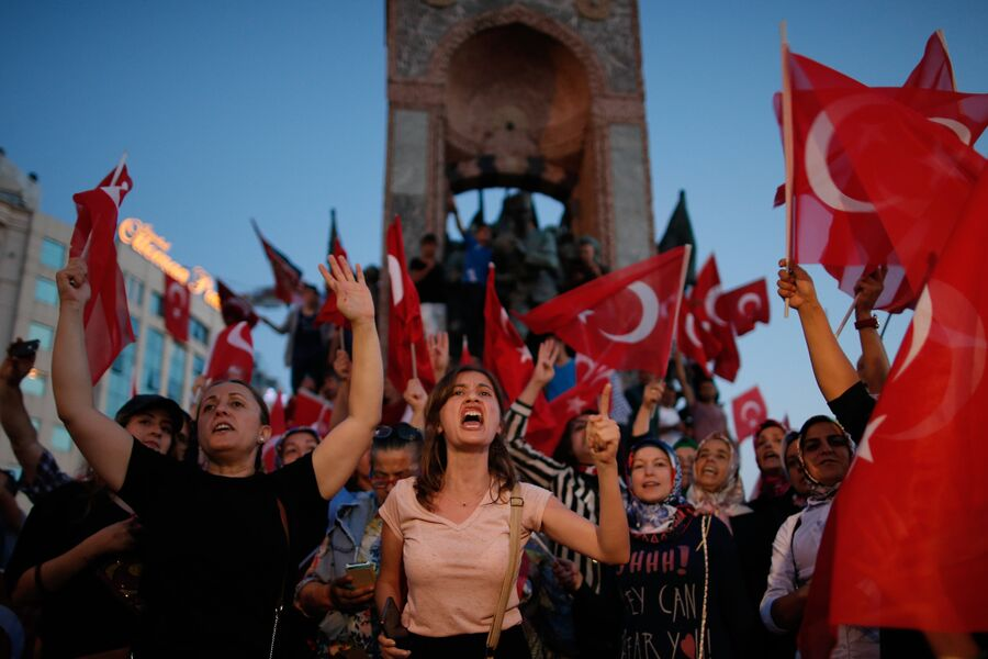 Акция протеста на площади Таксим в Стамбуле. 16 июля 2016 года