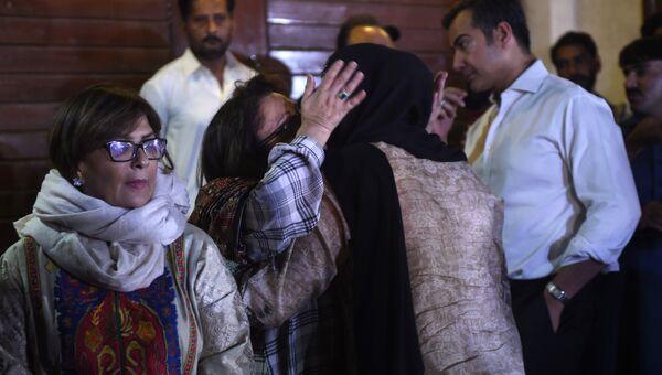 Родственники музыканта Джунейда Джамшеда собрались возле его дома в Карачи после сообщения о крушении самолета авиакомпании PIA, Пакистан