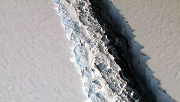 Гигантская трещина в леднике Ларсена в Антарктиде