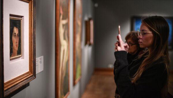 Посетительница выставки. Архивное фото