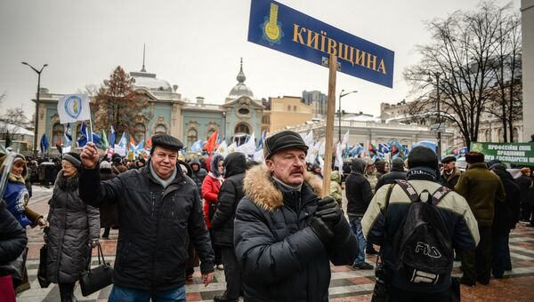 Участники акции профсоюзов за повышение социальных стандартов и снижение тарифов в Киеве. 8 декабря 2016