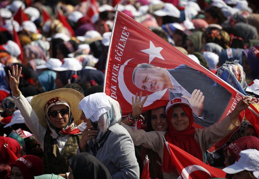 Сторонники президента Турции Реджепа Тайипа Эрдогана в Стамбуле. 7 августа 2016 года