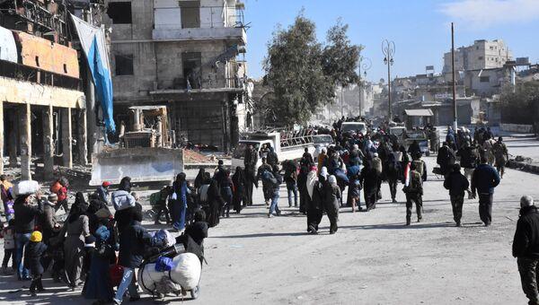 Местные жители покидают захваченные боевиками районы Алеппо. 8 декабря 2016