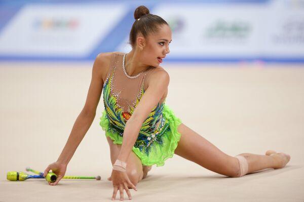 Маргарита Мамун (Россия) выполняет упражнения с булавами во время финальных соревнований по художественной гимнастике в индивидуальном многоборье на XXVII Всемирной летней Универсиаде 2013 в Казани