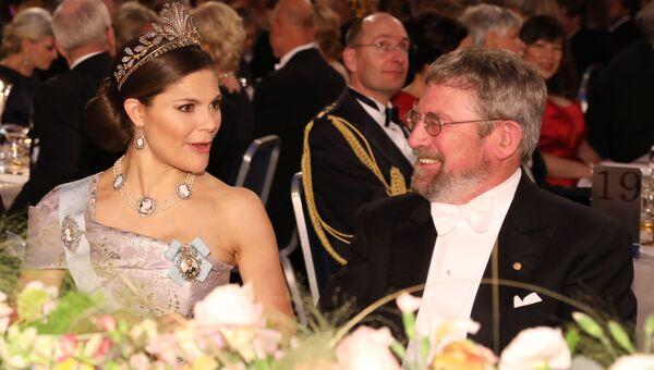 Кронпринцесса Швеции Виктория и лауреат Нобелевской премии  по физике Майкл Костерлиц на Нобелевском банкете в мэрии Стокгольма