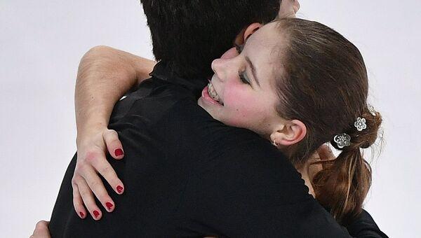 Анастасия Мишина и Владислав Мирзоев после выступления в произвольной программе парного катания среди юниоров в финале Гран-при по фигурном катанию в Марселе
