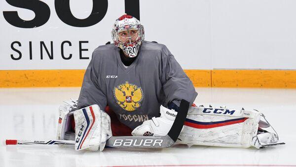 Вратарь сборной России по хоккею Илья Сорокин во время тренировки перед началом Кубка Первого канала