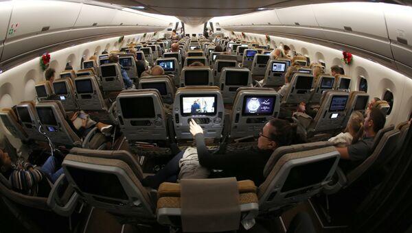 Пассажиры на борту самолета. Архивное фото