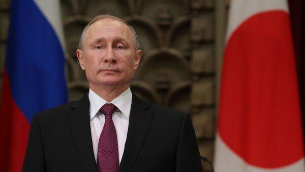 Президент РФ Владимир Путин во время церемонии подписания российско-японских документов по итогам встречи в Токио. 16 декабря 2016