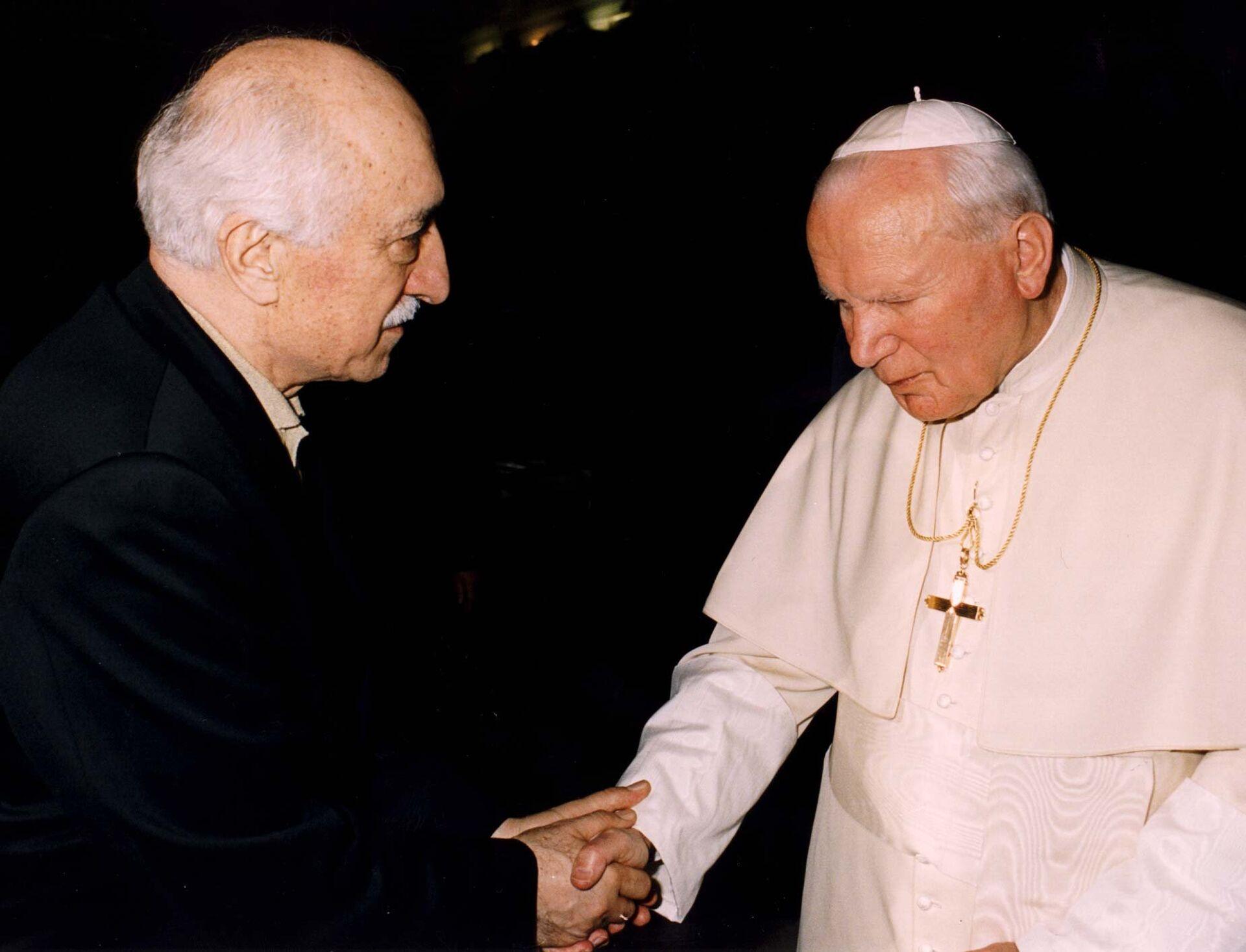 Мусульманский духовный лидер Фетхуллах Гюлен и Папа Иоанн Павел II во время встречи в Ватикане - РИА Новости, 1920, 12.10.2020