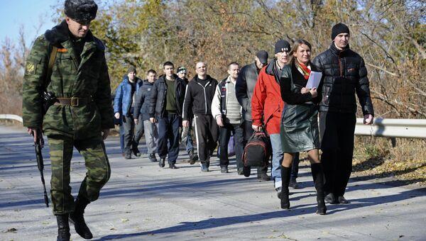 Военнопленные во время процедуры обмена. Архивное фото