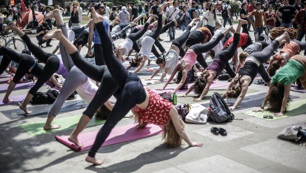 Участники акции протеста занимаются гимнастикой в парке Гези в Стамбуле