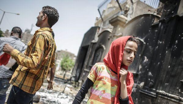 Протестующие у разгромленного здания штаб-квартиры политического движения Братья-мусульмане в Каире