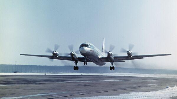 Пассажирский самолет Ил-18. Архивное фото