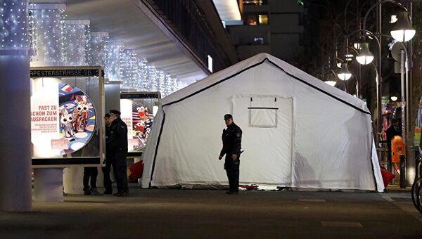 LIVE: Грузовик врезался в толпу в Берлине. Кадры с места ЧП