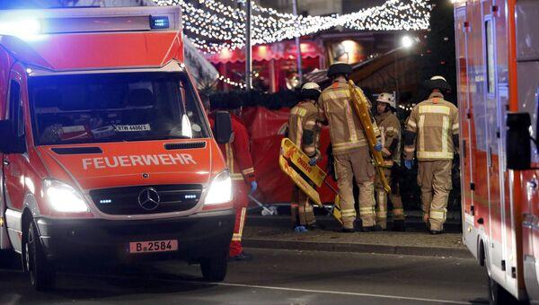 Спасатели на месте трагедии, где грузовик протаранил рождественскую ярмарку в Берлине, Германия