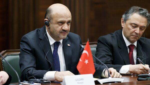 Министр национальной обороны Турции Фикри Ышик во время встречи в Москве с министром обороны РФ Сергеем Шойгу. 20 декабря 2016