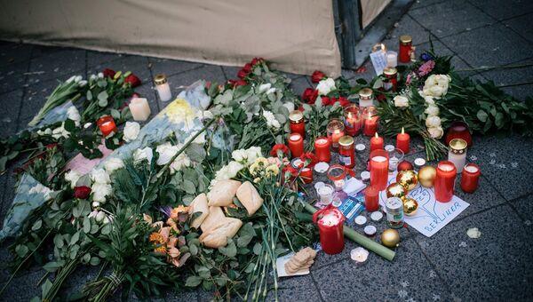 Цветы и свечи недалеко от места теракта в Берлине. 20 декабря 2016