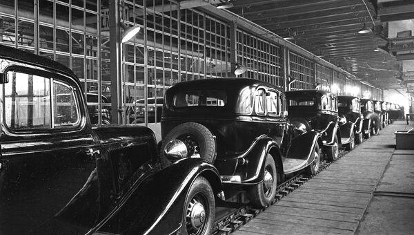 Конвейер с автомобилями ГАЗ-М-1 на Горьковском автомобильном заводе