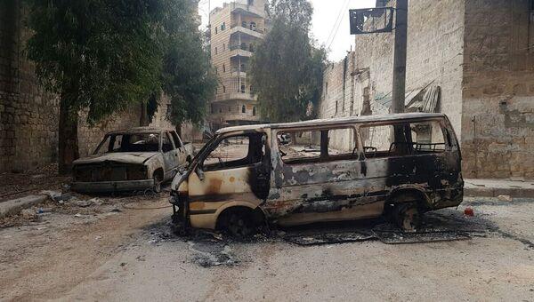 Сгоревшие автомобили в освобожденном квартале восточного Алеппо в Сирии. Архивное фото