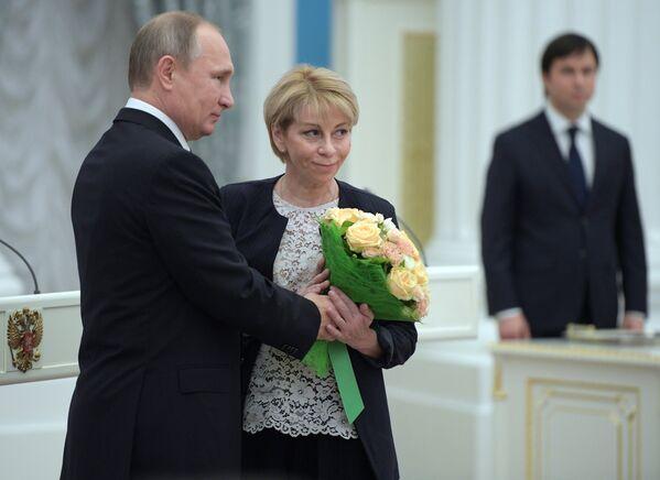 Президент РФ Владимир Путин и директор Международной общественной организации Справедливая помощь Елизавета Глинка