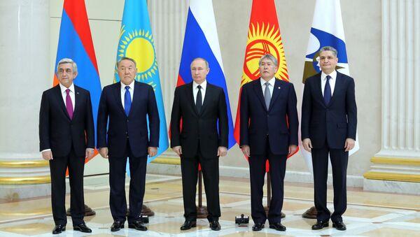 Церемония совместного фотографирования глав ВЕЭС в Санкт-Петербурге. 26 декабря 2016