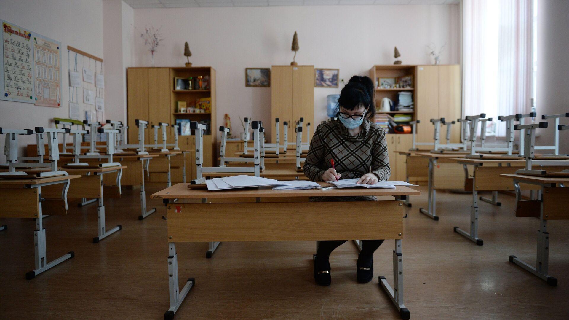 Учительница во время карантина по гриппу в средней общеобразовательной школе - РИА Новости, 1920, 30.10.2020