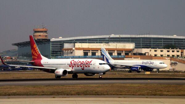 Самолеты авиакомпаний IndiGo и SpiceJetc в аэропорту имени Индиры Ганди в Дели. Архивное фото