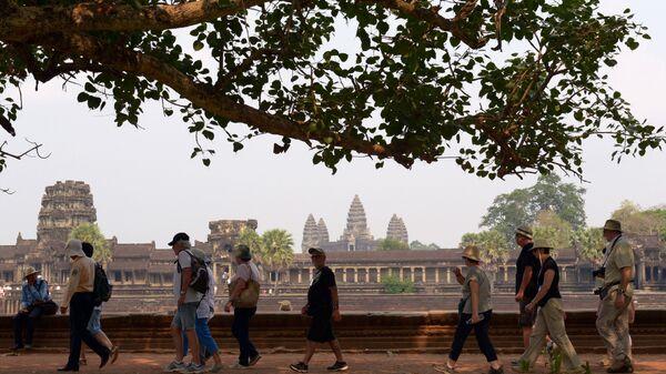 Туристы посещают храм Ангкор-Ват, Камбоджа