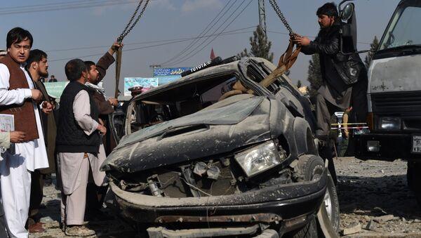 Автомобиль после взрыва придорожной бомбы в столице Афганистана Кабуле