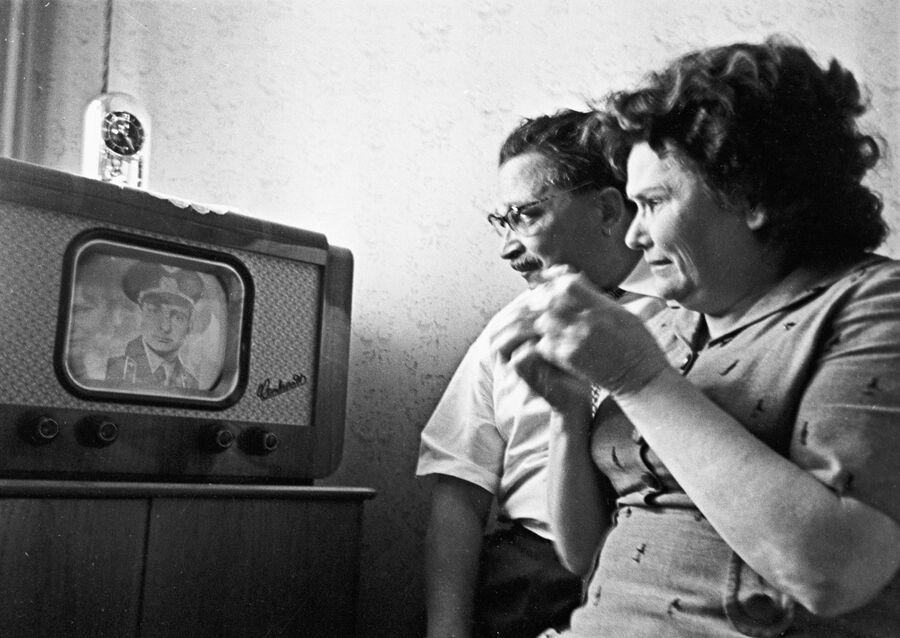 Родители летчика-космонавта СССР Валерия Федоровича Быковского смотрят репортаж о полете своего сына, командира корабля Восток-5