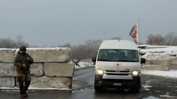 Автомобиль Красного креста на блок-посту на окраине Горловки Донецкой области