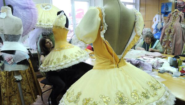 Работа над костюмами для балета Петра Чайковского Спящая красавица в художественно-производственной мастерской Большого театра