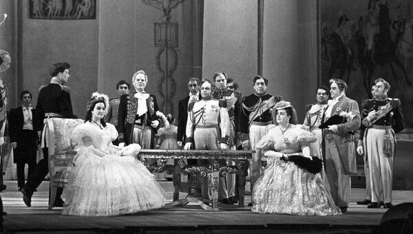 Леокадия Масленникова (слева) в роли Татьяны в опере на музыку П.И.Чайковского Евгений Онегин