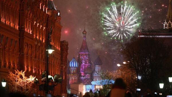 Праздничный салют во время празднования Нового года в Москве