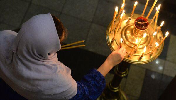 Прихожанка в храме. Архивное фото