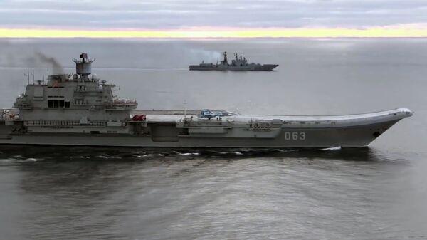 Тяжёлый авианесущий крейсер (ТАВКР) Адмирал Кузнецов (на первом плане) и СКР Адмирал Григорович