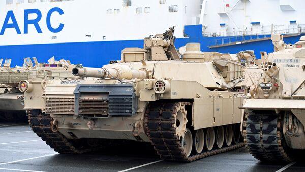Разгрузка военной техники из США в немецком городе Бремерхафен. Январь 2017 года