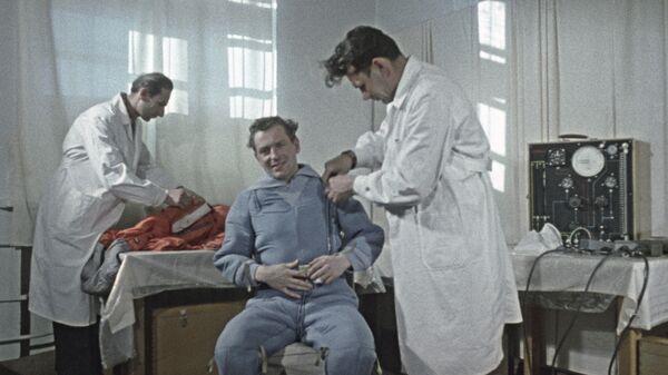 Космонавт Герман Степанович Титов готовится к старту космического корабля Восток-2