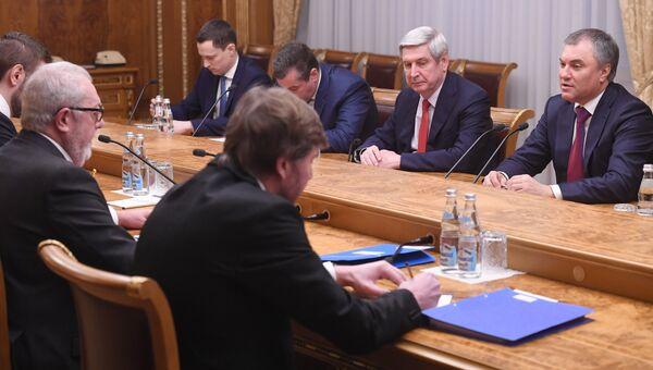 Председатель Государственной Думы РФ Вячеслав Володин (справа) и председатель ПАСЕ Педро Аграмунт (слева) во время встречи в Москве. Архивное фото