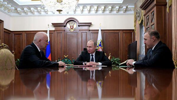 Президент РФ Владимир Путин во время встречи с главой Адыгеи Асланом Тхакушиновым и премьер-министром республики Адыгея Муратом Кумпиловым в Кремле. 12 января 2017