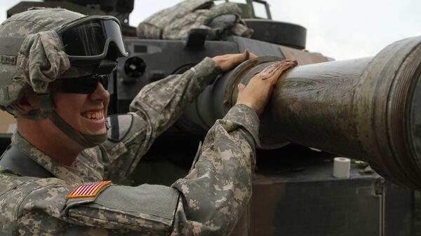 Американский военный с танком на учениях в Германии. Архивное фото