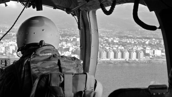 Пилот палубного вертолета тяжелого авианосца Адмирал Кузнецов при подлете к городу Латакия. Сирия, 15.11.2016