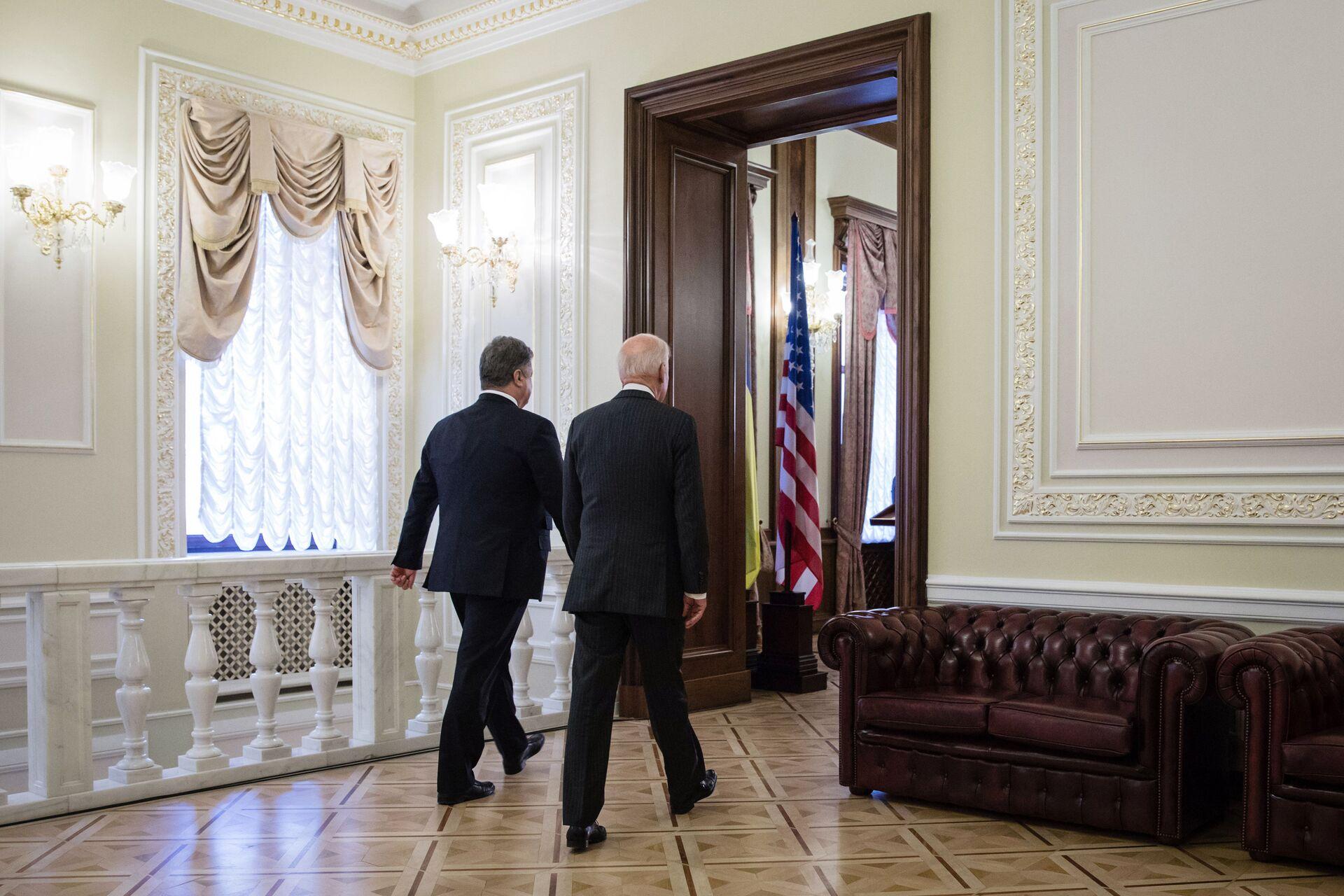 Президент Украины Петр Порошенко и вице-президент США Джо Байден перед началом пресс-конференции в Киеве. 16 января 2017 года  - РИА Новости, 1920, 16.09.2020