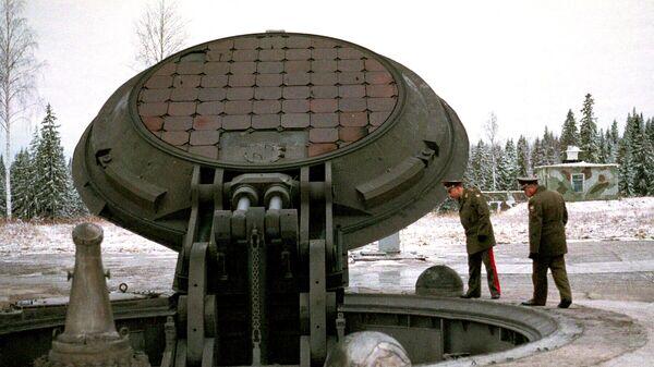 Военные осматривают шахту ракеты Тополь-М. Архивное фото