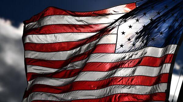 Американский флаг на одной из улиц в Вашингтоне (округ Колумбия). Архивное фото