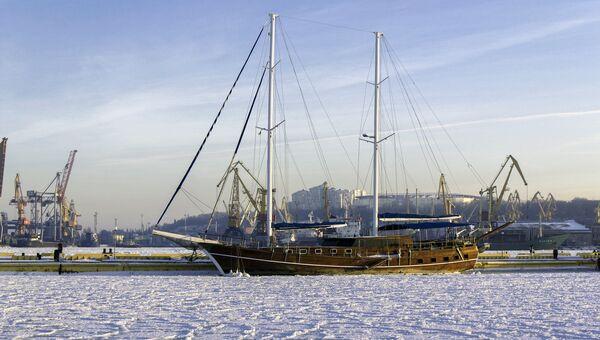 Парусник в порту Одессы, Украина. Архивное фото