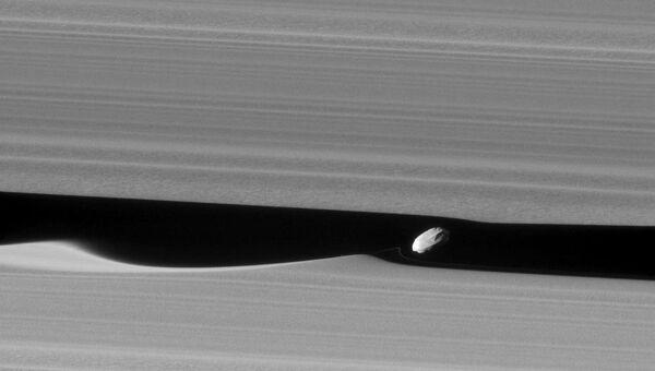 Дафнис, спутник Сатурна, порождающий волны в его кольцах